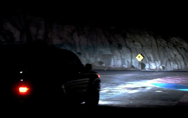 Una carretera solitaria sirve para que la mente se desboque y aparezcan los rostros en el espejo retrovisor