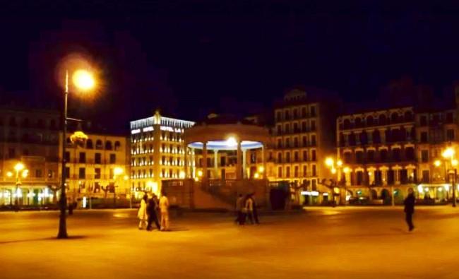 Pamplona ciudad de maravillas para contar una historia sobre el espejo retrovisor, es de Lo Mas Insólita