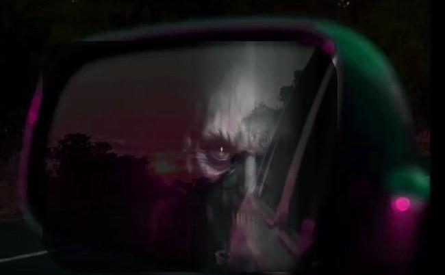 Imagen de aparición de un rostros en el espejo retrovisor de un vehículo